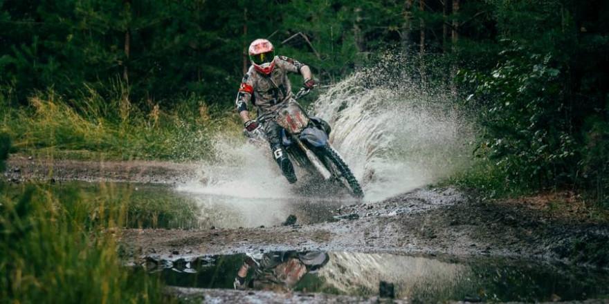 Ob Mountainbiker oder wie hier zu sehen Motocross-Fahrer, aggressives Verhalten und Rowdytum gegen andere Naturnutzer und Autoritäten häufen sich (Symbolbild: iStock/sportpoint)