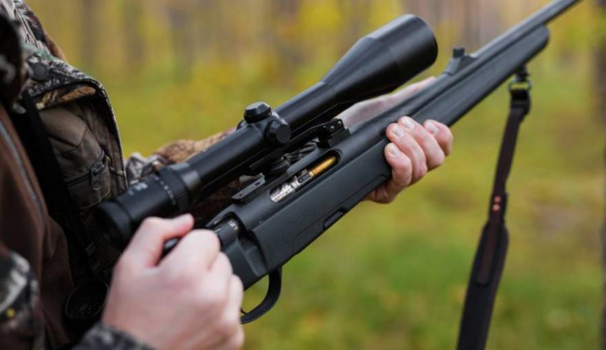 Ein Jäger lädt seine Repetierbüchse (Symbolbild: iStock/grinvalds)