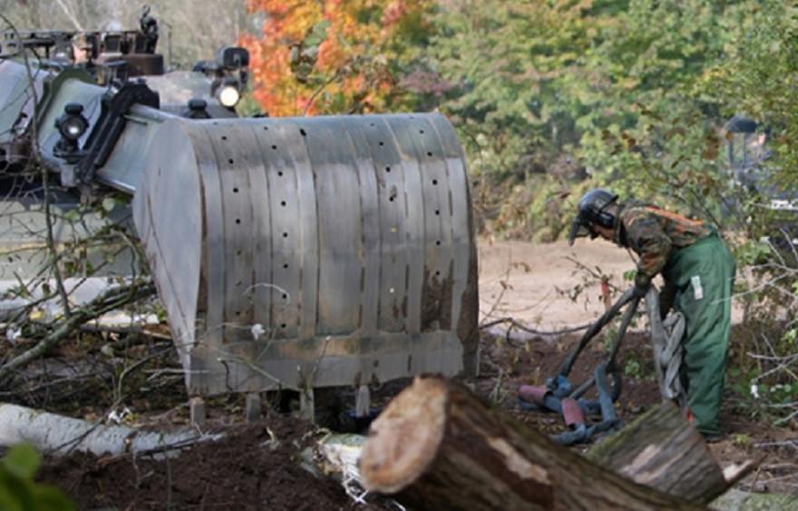 Symbolbild: Pionierpanzer Dachs beim Räumeinsatz im Wald (Quelle: PIZ SKB)