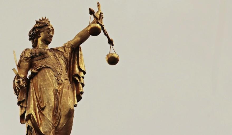Justizia vor bedecktem Himmel
