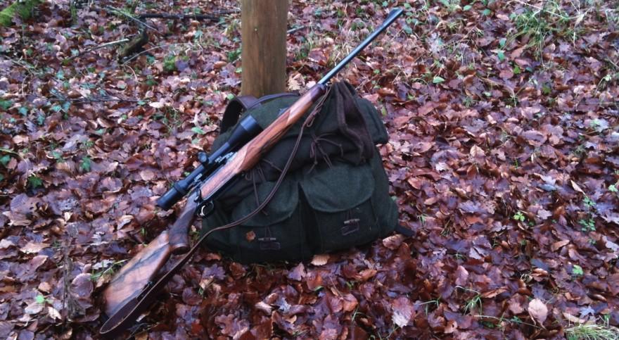 Jagdgewehr und Rucksack