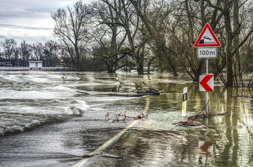 Hochwasser_Überflutete Straße