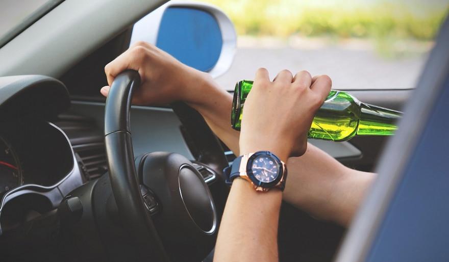 Alkohol bei der Jagd schließt sich ebenso aus, wie Alkohol beim Autofahren
