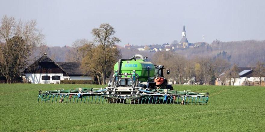 Landwirt beim Düngen (Symbolbild: Franz W.)