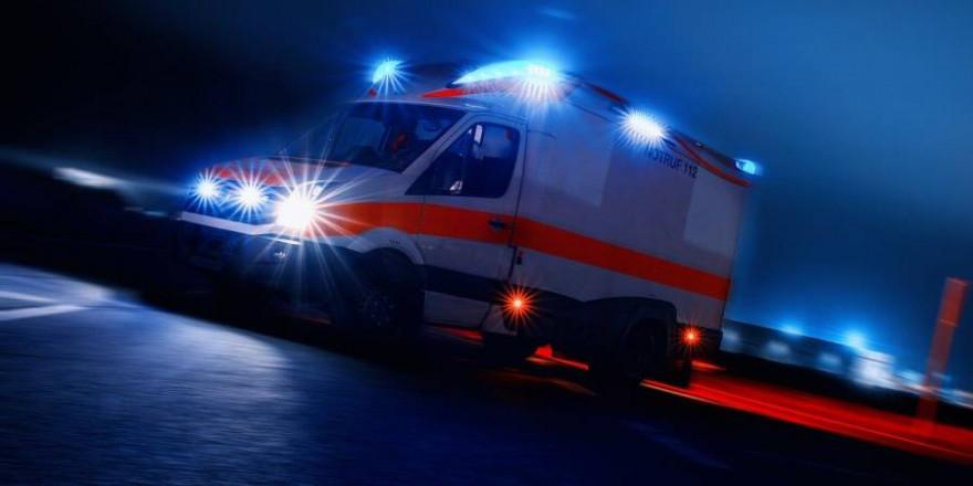 Ein Rettungswagen bei einer Einsatzfahrt mit Blaulicht (Beispielbild: Thorsten Töller)