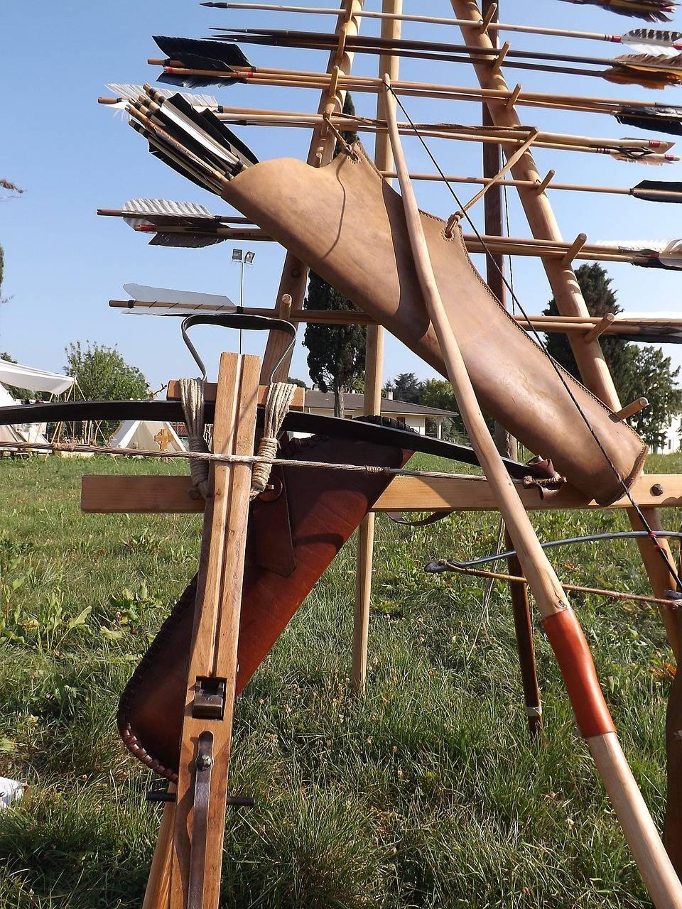 Armbrust, Langbogen und Pfeile, wie sie im Mittelalter Verwendung fanden (Foto: EdrialStar)