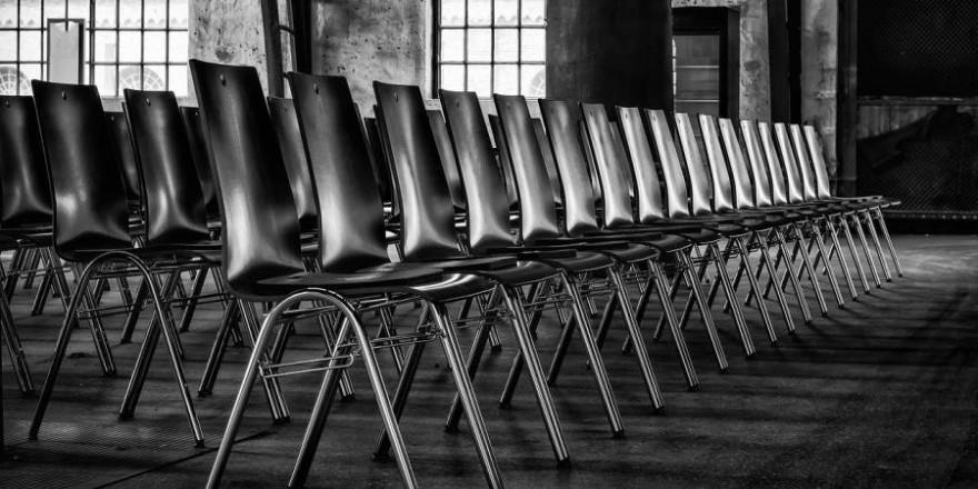 Bei vielen Delegiertenversammlungen bleiben die Stühle in Corona-Zeiten leer (Foto: Peter H.)
