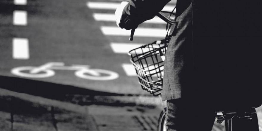 Ein Fahrradfahrer im Dunkel (Symbolbild: Hong daewoong)