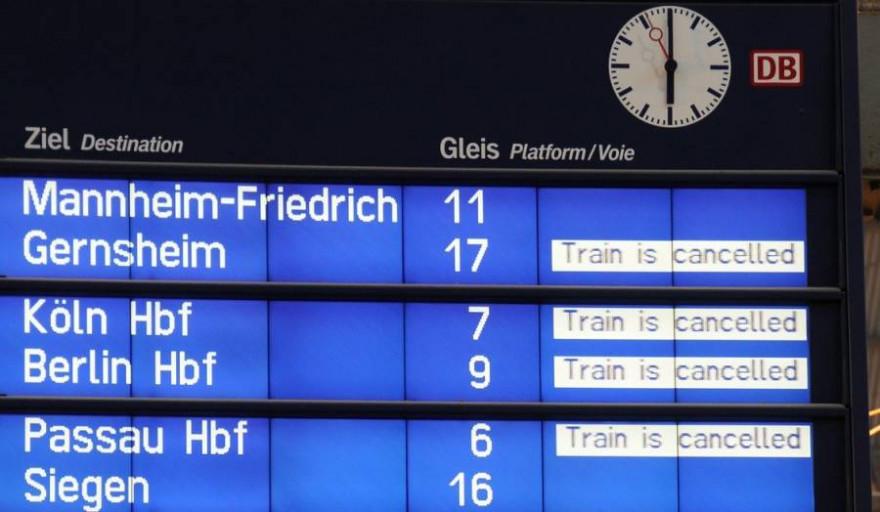 Anzeigentafel mit gecancelten Zugverbindungen (Symbolbild: Frank Wittkowski)