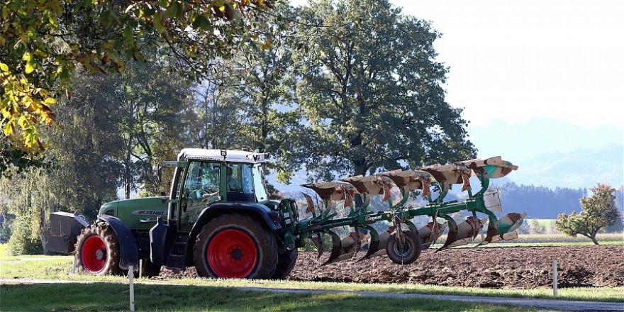 Ein Traktor auf dem Acker.