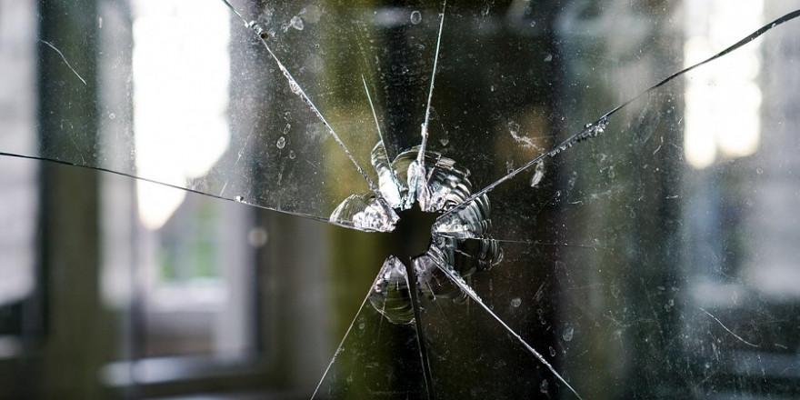 Durch das Einschlagen einer Fensterscheibe gelangten die Einbrecher in die Wohnung des Jägers.