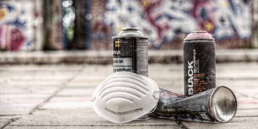 Spraydosen mit Mundschutz vor Graffities (Symbolbild: S. Hermann & F. Richter)
