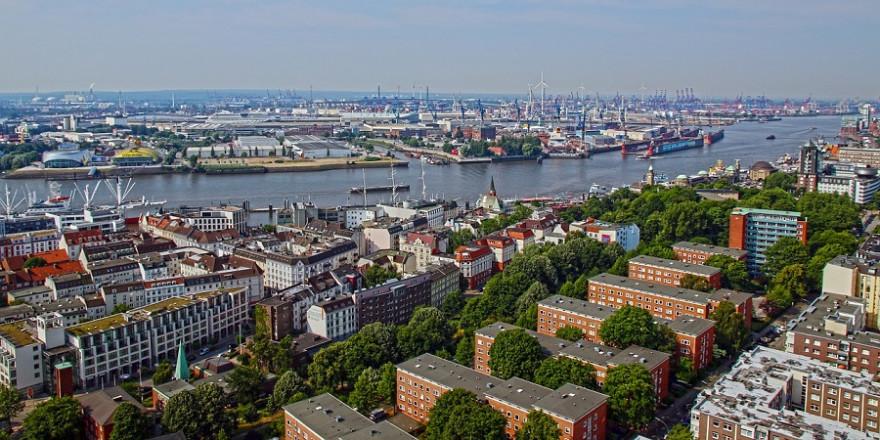 Stadtbäume und innerstädtische Grünflächen gewinnen mit zunehmender Klimaerwärmung immer mehr an Bedeutung, wie hier in der Freien und Hansestadt Hamburg (Foto: moerschy)