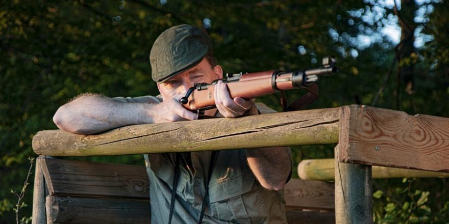 Jäger mit Gewehr im Anschlag.