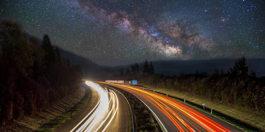 Eine Autobahn bei Nacht (Symbolbild: Florian Kurz)