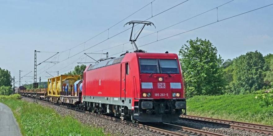Ein Güterzug konnte nicht mehr rechtzeitig abbremsen und kollidierte mit den Hochsitzteilen auf den Gleisen (Beispielbild: Erich Westendarp)