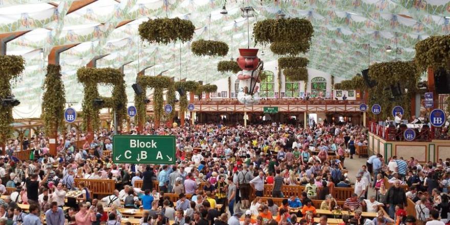 Menschen in einem Bierzelt (Symbolbild: Ralf Kronenberger)