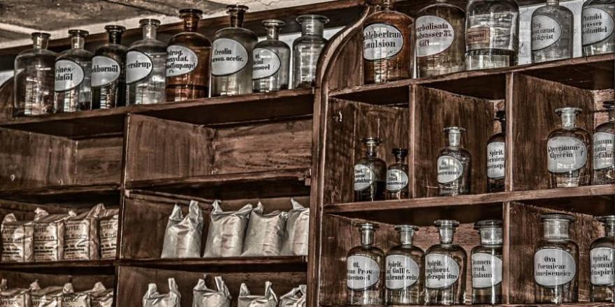 Regal mit Apotheker-Flaschen (Symbolbild: analogicus)