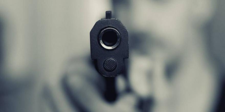 Ein Mann mit einer Pistole im Anschlag (Symbolbild: Marcus Trapp)