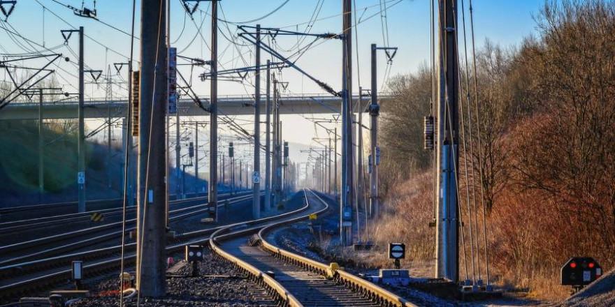 Bahnschienen mit Oberleitungen (Symbolbild: Peter H.)