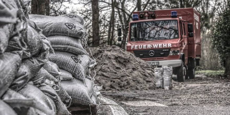 Ein Feuerwehrwagen mit Sandsäcken auf Paletten (Symbolbild: Markus Distelrath)