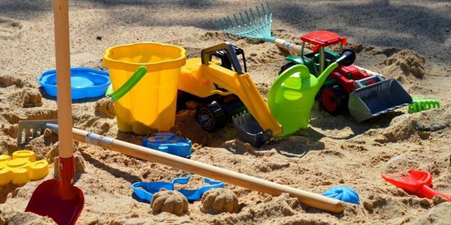 Diverse Kinderspielzeuge im Sand (Symbolbild: Frauke Riether)