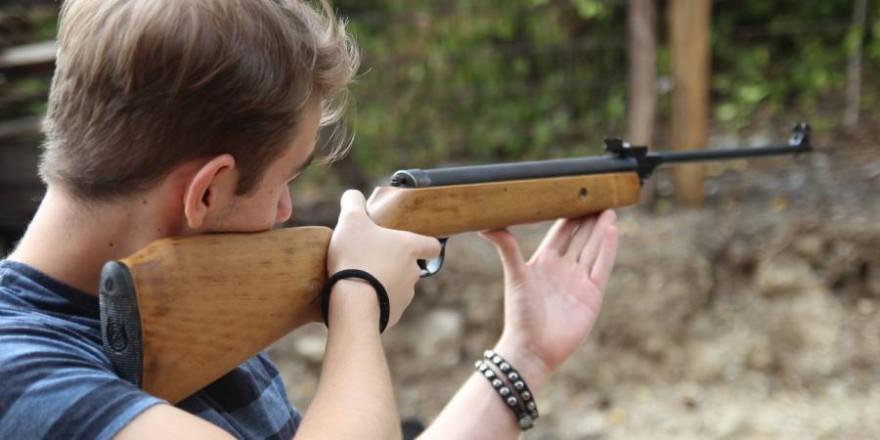 Auch das Schießen mit einem Luftgewehr außerhalb besonderer Schießstätten ist verboten (Beispielbild: Selver Učanbarlić)