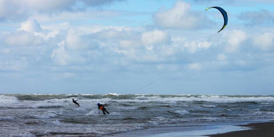 Kitesurfen stellt eine erhebliche Störung der Vogelwelt während der Brutzeit dar. (Foto: Manfred Richter)