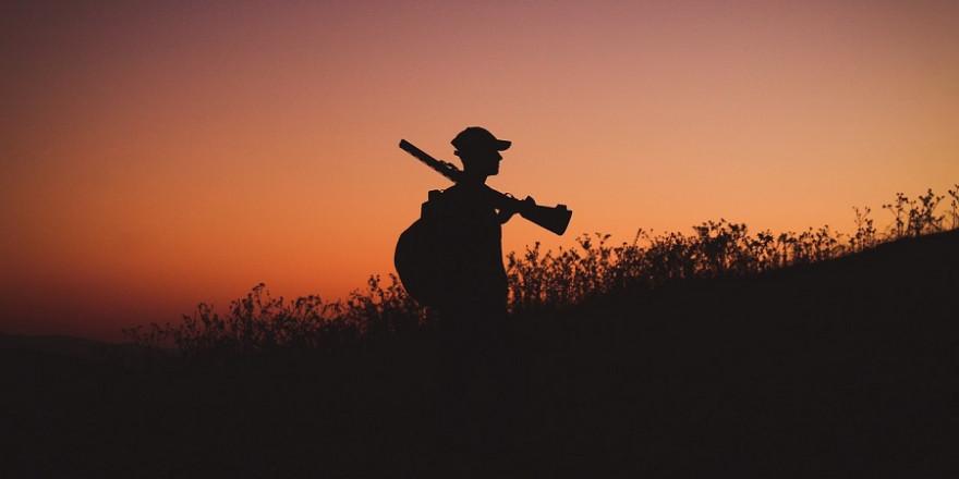 Jäger mit Flinte im Abendrot