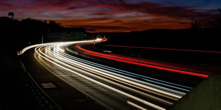 Autobahn in der Dämmerung (Symbolbild: Stefan Nyffenegger)