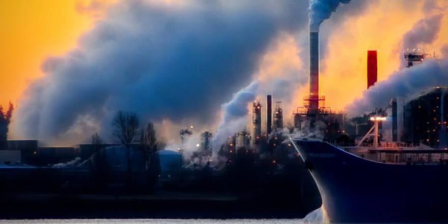 Eine Industrieanlage (Symbolbild: Chris LeBoutillier)
