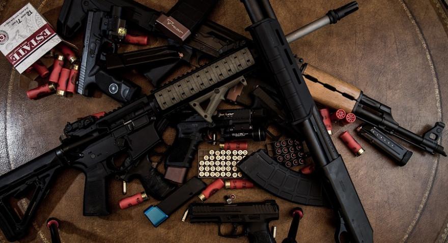 Diverse Handwaffen mit Munition