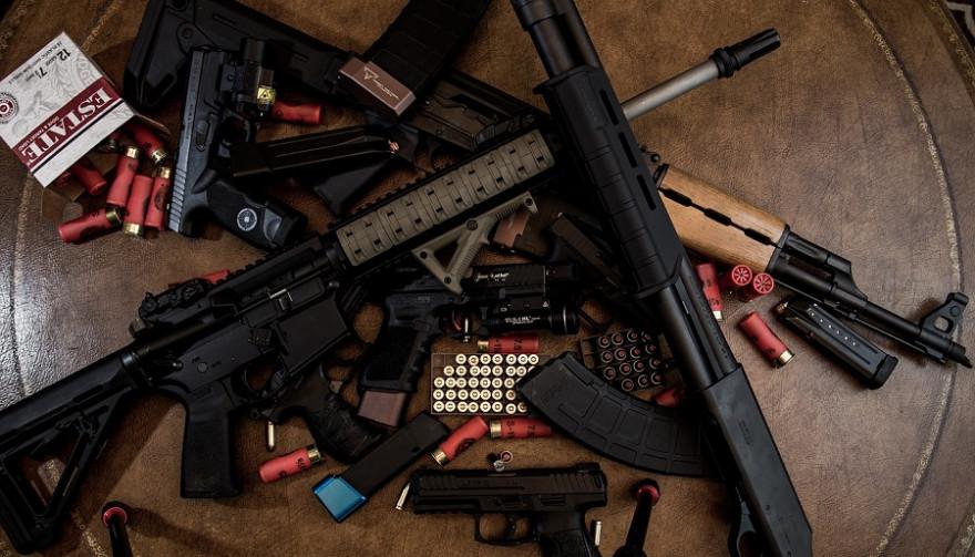 Diverse Waffen mit Munition