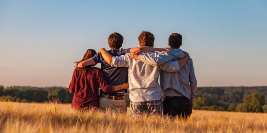 Vier junge Menschen (Symbolbild: Dim Hou)