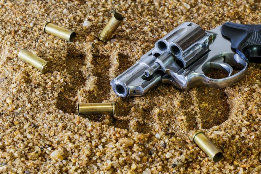 Ein Revolver mit Munition.