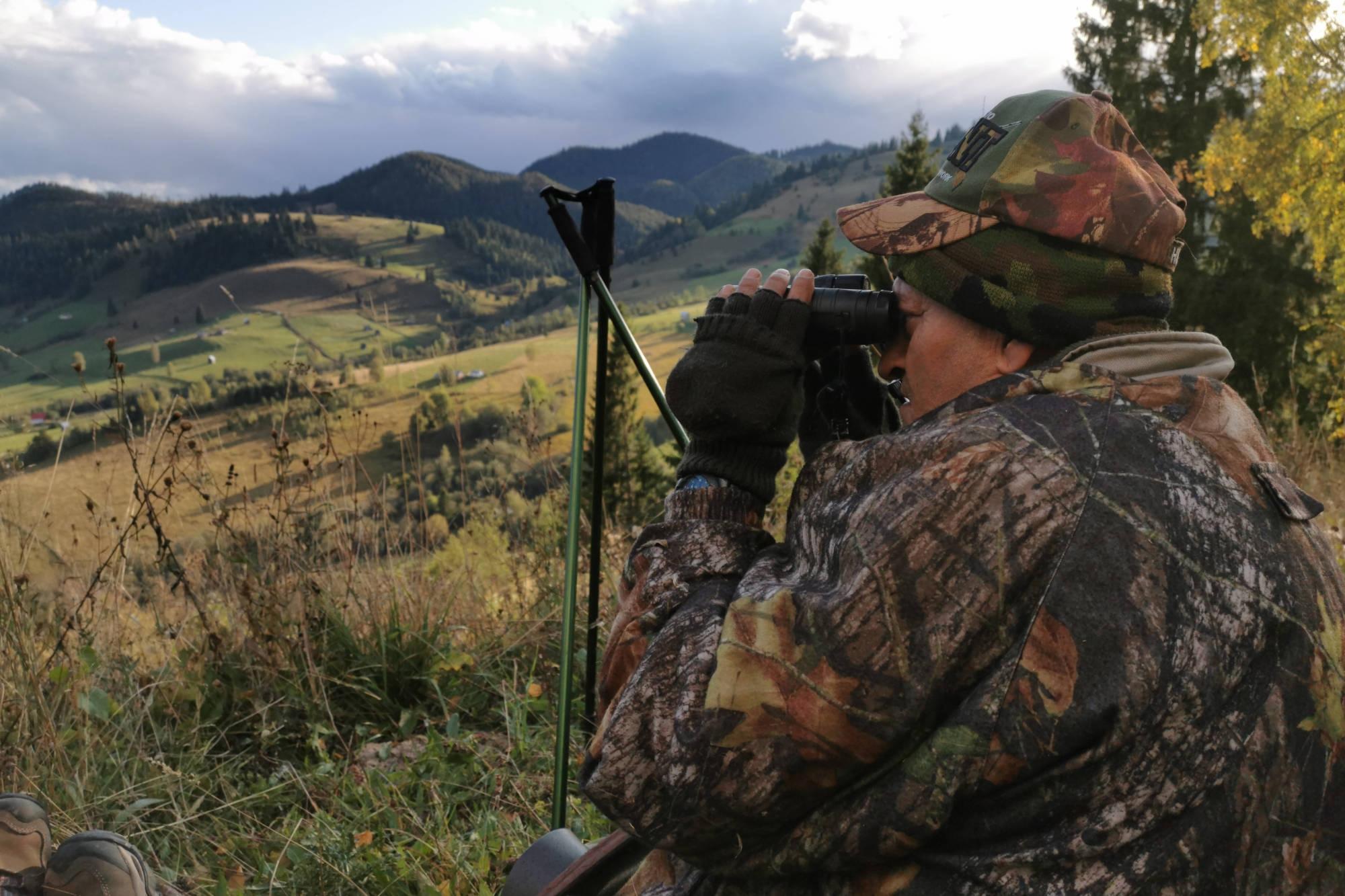 Es ist fast unmöglich mit bloßem Auge einen Hirsch am Steilhang auszumachen. © K&K Premium Jagd