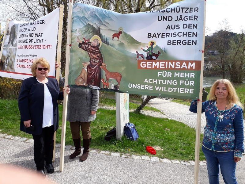 Der engagierten Tierschützerin Tessy Lödermann (re.) liegt der Schutz der heimischen Wildtiere sehr am Herzen.